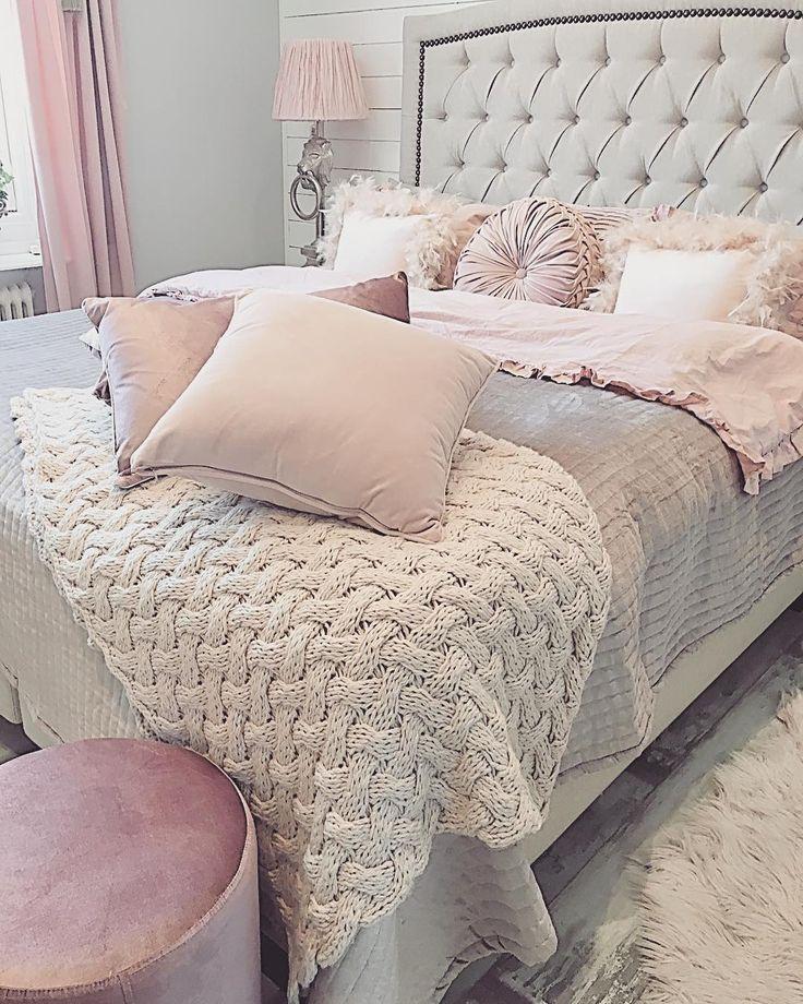 God morgon  Jag är så utvilad, Novelia sov från 00.00 till 08.30, vilken underbar snäll liten flicka vi har  Så mysigt med bäbis i sängen #blessed #thankful #tacksam#familj#photography#Bedroom#bed#furniture#möbler#sovrum#säng#lejonlampa#lionlamp#Thg#interior#inredning#goodmorning#sammetsgardiner#rustikt#rosa #fjäderkuddar#godnight#trendrum#ippashem