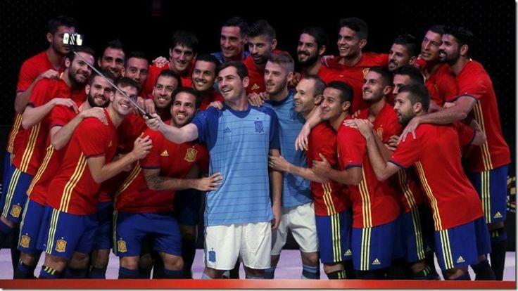El uniforme de España para la Eurocopa de Francia, igual al de 1984 (foto) - http://www.leanoticias.com/2015/11/10/el-uniforme-de-espana-para-la-eurocopa-de-francia-igual-al-de-1984-foto/