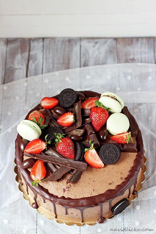 Recept na tenhle čokoládový dort se už na blogu objevil, ale protože jsem si tenkrát chtěla vyhrát se samotným dortem i zdobením, vy...