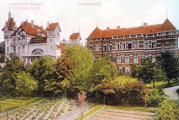"""Das alte Hotel """"Burggraf""""(links) war ein imposantes Gebäude. Es wurde 1960 abgerissen, an gleicher Stelle entstand der Neubau der Kreisverwaltung."""
