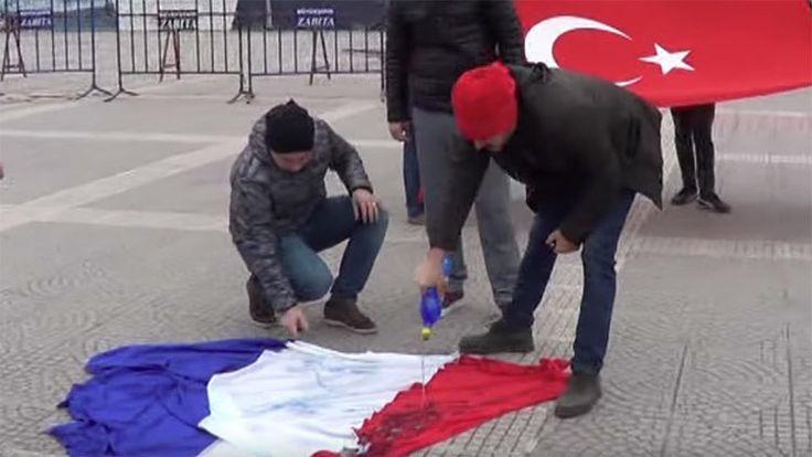 Ambas banderas tienen tres franjas con los mismos colores, por eso resultan fáciles de confundir.