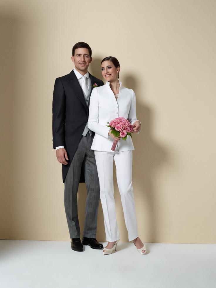 Der Cut gilt als der formellste Anzug für den Tag und eignet sich deshalb hervorragend für besondere Anlässe wie eine Hochzeit. Unverwechselbares Kennzeichen eines Cut ist das im Rücken knielange und nach vorne rund geschnittene Sacco.     Kombiniert wird das dunkelgraue oder schwarze Sacco mit einer gestreiften Hose und einer zumeist silbergrauen Weste. Eleganter kann man(n) nicht vor den Traualtar treten.    Und alle Dolzer Ladys, die es gerne ebenso elegant mögen, sind mit unserem weißen…