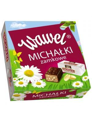 MICHAŁKÓW chyba nie trzeba nikomu przedstawiać! Pyszne cukierki z orzechowym nadzieniem, oblane najlepszą deserową czekoladą od lat goszczą w polskich domach. Od zawsze niezmiennie smaczne. Nasza firma ma ponad stuletnią tradycję w produkcji słodyczy, więc doskonale wiemy, co jest najlepsze dla wielbicieli słodkości.