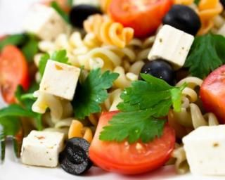 Salade légère aux pâtes froides, olives noires et feta : http://www.fourchette-et-bikini.fr/recettes/recettes-minceur/salade-legere-aux-pates-froides-olives-noires-et-feta.html