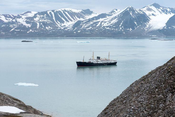 Mit der Nordstjernen nach Spitzbergen - Das Nordpolarmeer ist für Schiffe an keiner Stelle so weit nördlich befahrbar wie bei Spitzbergen: Hier kann man im Sommer den 80. Breitengrad überqueren. Das werden wir versuchen, an Bord der MS Nordstjernen, benannt nach dem Polarstern, die unsere Route für Hurtigruten fährt.