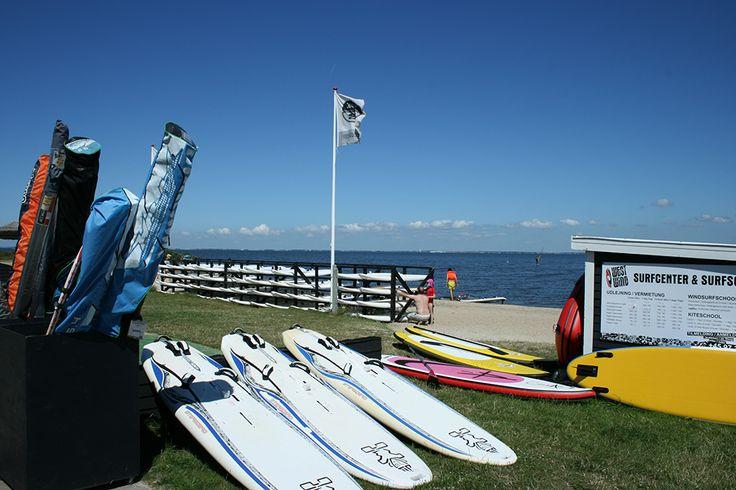 Wolltet Ihr schon immer einmal Wassersportarten ausprobieren? Bei uns am Ringkøbing Fjord und in der Nordsee könnt Ihr Windsurfen, Wellenreiten, Kitesurfen, Stand up Paddle (SUP) und mehr ausprobieren. Hier ein Link zu einem Kursanbieter in Hvide Sande:  http://nord.de.westwind.dk/Kurse.aspx und ein weiterer: http://syd.westwind.dk/de/schule/  #Wassersport #Surfkurs
