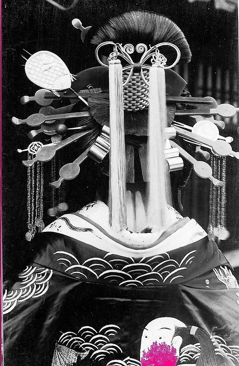 Back view of an elaborate Hyougo-mage 兵庫髷, a hairstyle popular with tayuu. Source: https://www.flickr.com/photos/55600413@N07/6060212543/in/photostream/
