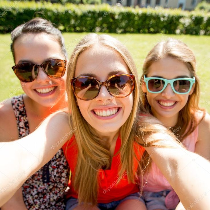 young-girls-group-selfies