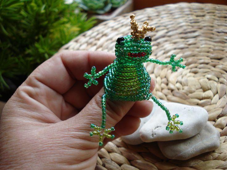 http://img1.etsystatic.com/035/0/7654300/il_570xN.535605989_o70t.jpg Frog king. Beadwork. Békakirály gyöngyfűzéssel.