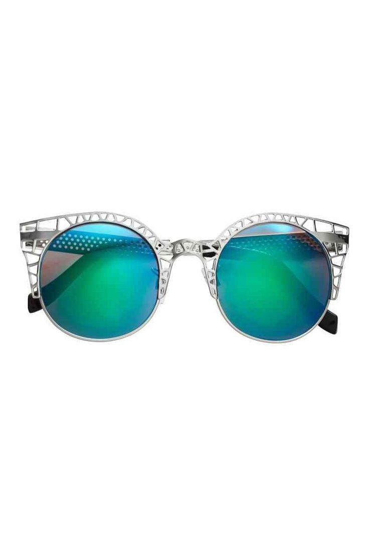 Ochelari de soare: Ochelari de soare cu rame din metal și plastic, cu motiv perforat, cu lentile oglindă. Protecție UV.