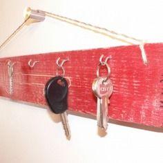 """Porte-clés mural """"le freneau"""" en bois de récup rouge"""