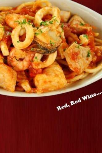Για όσους θέλουν να αποφύγουν τα απλά τηγανιτά καλαμάρια... φρέσκια ντοματούλα, μυρωδάτος μαϊντανός και σβήσιμο με καλό κόκκινο κρασί θα κάνουν το πιάτο ακαταμάχητο!