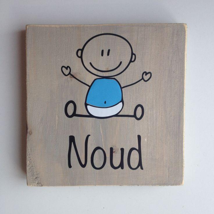 Naambord van hout met baby jongen. Ook erg leuk als kraamkado.