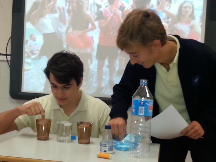 Fernando y Adrián de 4ºA experimentan con el punto de fusión del agua.