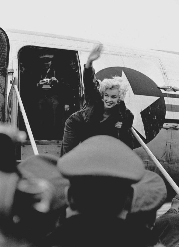 1954 / Arrivée de Marilyn en Corée / En février 1954, Marilyn arrive en Corée. Il fait un froid polaire, la guerre est dure pour les G.I.'s et les conditions sont terribles. Mais Marilyn, qui vient d'interrompre son voyage de noces pour aller chanter en Corée - son mari Joe DiMAGGIO est resté au Japon pour le démarrage de la saison de base-ball - n'en a cure. Elle sent que le public l'adore. Et c'est vrai : en quatre jours, elle donne 10 shows, parfois face à un public de 17 000…