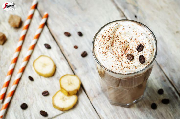 Szukasz smacznego, a zarazem pobudzającego sposobu na początek dnia? Polecamy kawowe smoothie, przygotowane na bazie podwójnego espresso, mleka sojowego i mrożonych bananów! #segafredo #segafredozanetti #segafredozanettipoland #smoothie #kawowesmoothie #bananas #banany #mlekosojowe #kawa #coffee #coffeetime #recipe #przepis