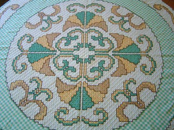 Toalha+de+Mesa+Redonda+Bordada+à+Mão+e+acabamento+em+crochê+(+diametro+:+130+cm+)