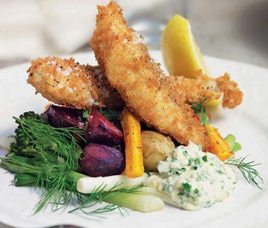 Frasig torsk med kall ägg- och kaviarsås är en friterad fiskrätt med grönsaker. Fiskfiléerna, som rimmats i kylen över natten, paneras innan du friterar dem krispiga i olja. Till detta serveras en krämig sås på bland annat kaviar och majonnäs.