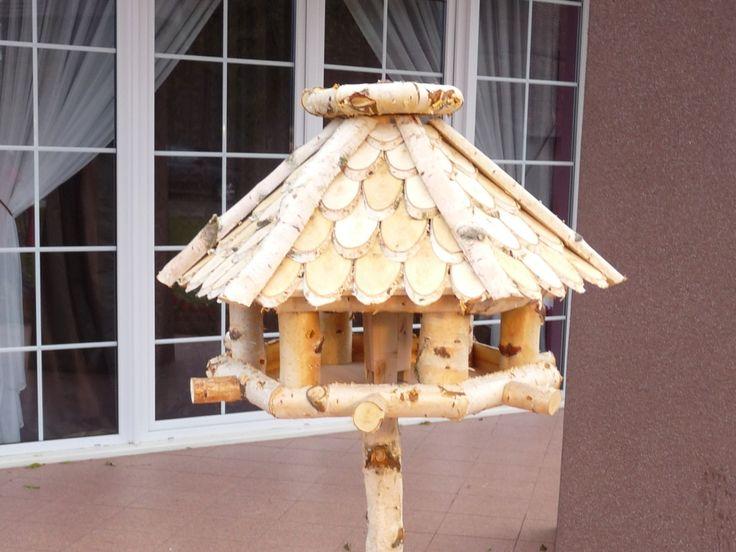 Piękny drewniany karmnik wykonany z materiałów najwyższej jakości.
