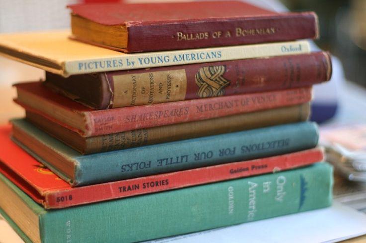 """Proprio ieri, Anna è entrata in libreria, doveva scegliere un libro per Sofia, le piace molto leggere con la figlia. Dopo aver scovato una raccolta di favole orientali, si dirige alla cassa per pagare. Mentre il libraio passa sul lettore ottico il libro scelto, le comunica che qualcuno in cassa le aveva regalato un libro, si trattava di """"Cent'anni di solitudine"""" scritto da Gabriel García Márquez. - Doimocasamia"""