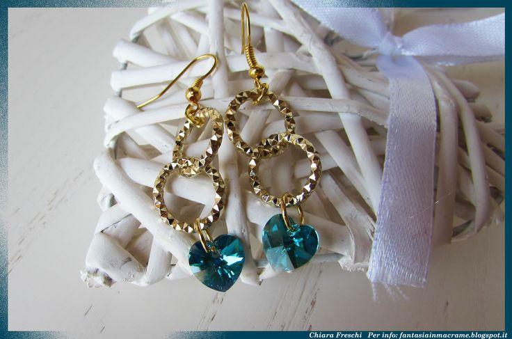 Una delle mie creazioni non in macramè... sono orecchini in metallo con cuori swarovski color verde smeraldo :)