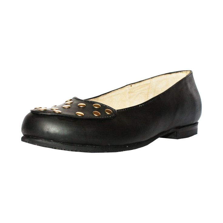 Zapato de mujer balerina, de color negro con remaches dorado.