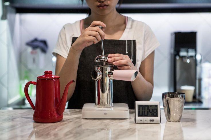 Французская пресса-18 г кофейного зерна + 1 или 2 грамма для чистки шлифовальной машины  94 ° C /(размер шлифовальной бумаги должен быть грубее грубого песка)/ Добавьте около 50 г горячей воды, позвольте кофе расцвести на 30 секунд/Нежно перемешайте/Добавьте 150 г горячей воды и осторожно перемешайте/ Накройте французскую прессу своей крышкой и оставьте на четыре минуты/ Нажмите на фильтр вниз/Налейте 180 г кофе в чашку, так как оставшиеся 20 г кофе содержат нерастворимого кофе