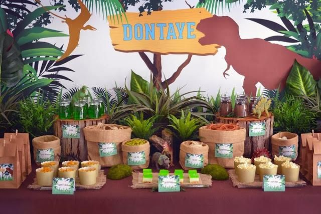 Mesa para merienda en una fiesta inspirada en los dinosaurios