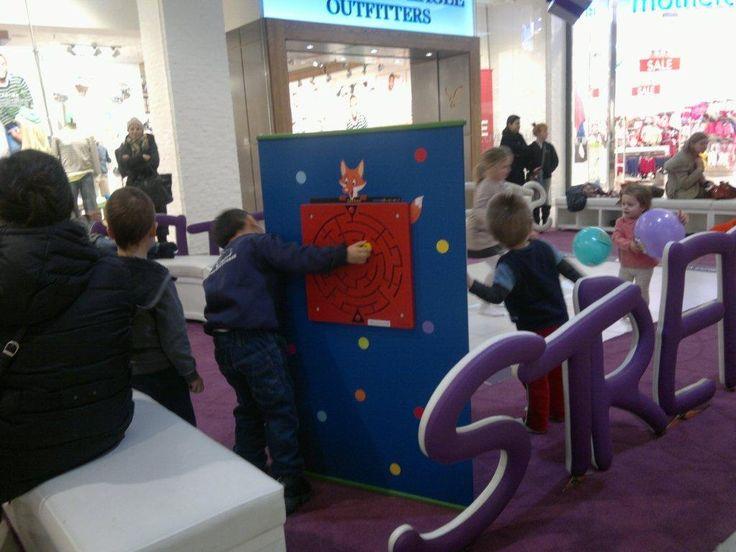 Interaktywna rozrywka w centrum handlowym - kompaktowy kącik dla dzieci. Gry manualne, gry ścienne.  www.zabawiacze.pl