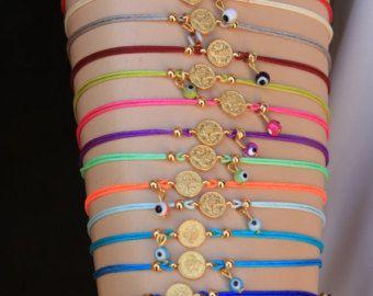 Es una pulsera de estilo étnico que es decorado rojo, negro, amarillo oscuro, verde aqua verde afgano perlas, cristales de 4mm, 3mm cristal Perla oro lleno encanto y espacio. Acabado también cadena y clap llenado oro.  Es un gran regalo y también con encanto desgaste diario.  Medida: 6.5-7 pulgadas + 1/2 cadena de extensión  6xRed = 6 6xBlack = 6 6xAqoq verde = 6 6xYellow verde = 6  TOTAL: 24 PC  Esta pulseras están listos para enviar hoy. Por favor, excepto los artículos con de 15 a 20 días…