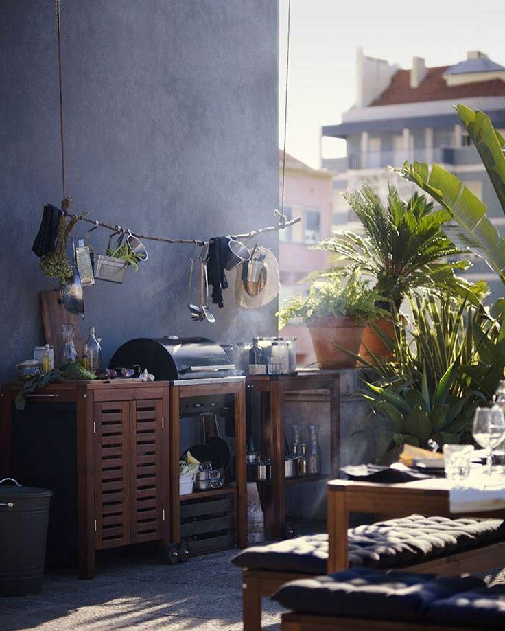 Нарезать, измельчить, обжарить на гриле и подать... Удобные скамьи и модули для хранения превратят любое место в идеальную кухню на свежем воздухе. На фото: угольный гриль ЭПЛАРО / КЛАСЕН (18999.-)