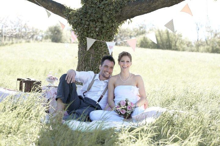Laut einer aktuellen Umfrage geben die Deutschen immer weniger Geld für ihre Hochzeit aus. Mehr als 5.000 Euro sollte der große Tag für einen Großteil der Brautpaare nicht kosten. Mit den richtigen Spartipps kann auch eine günstige Hochzeit zu einer stilvollen Feier werden.