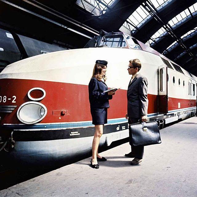 Schicker Zug, schicke Uniform: Eine Stewardess gibt einem Reisenden in den 1970ern Auskunft im Berliner Ostbahnhof