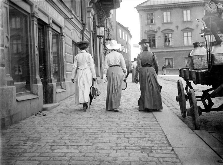 Walking women at Fyris Square, Uppsala, Sweden in 1902.