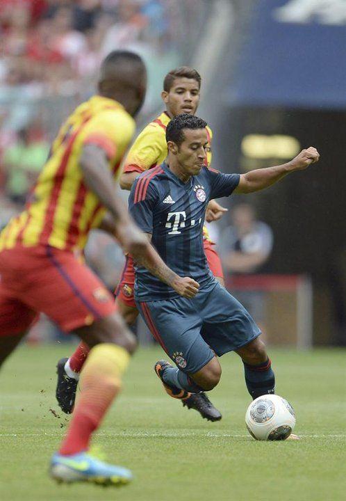 MUN801. MUNICH (ALEMANIA), 24/07/2013.- El jugador del FC Bayern Múnich Thiago (d) y el futbolista español del FC Barcelona Pedro (i), se enfrentan en el partido de la Copa Uli Hoeness en el Allianz A