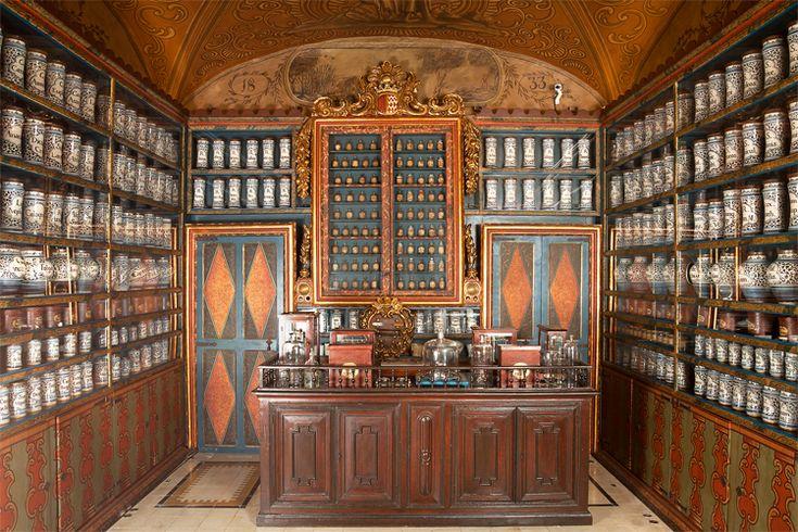 Farmacia hospitalaria, una de las más antiguas de Cataluña y considerada una de las más importantes de Europa.