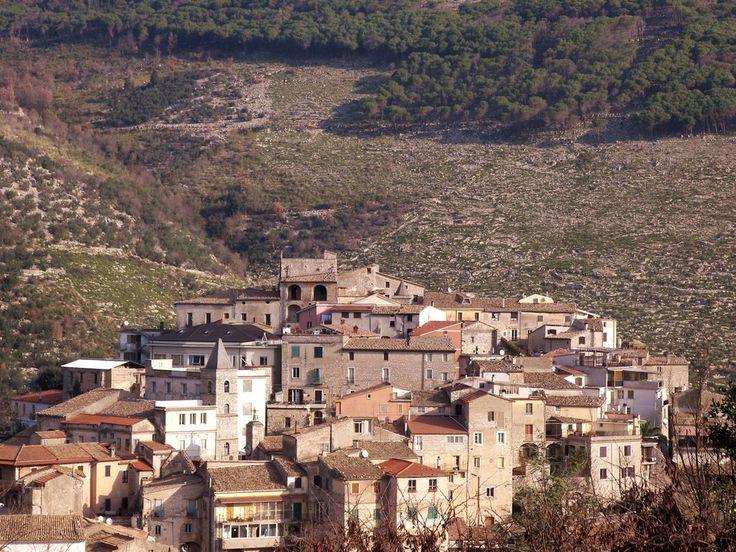 Lenola, distante 130 km dalla Capitale d'Italia e allo stesso tempo cittadina di confine della Provincia di Latina con quella di Frosinone. Lenola, piccolo paese di montagna, a 425 metri sopra il livello di mare, che però all'interno del suo territorio comprende diversi monti inseriti nel Parco dei Monti Aurunci, come il monte Appiolo ( …