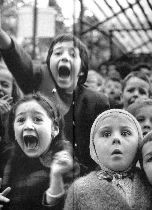Alfred Eisenstaedt - Children watching a puppet theatre - 2