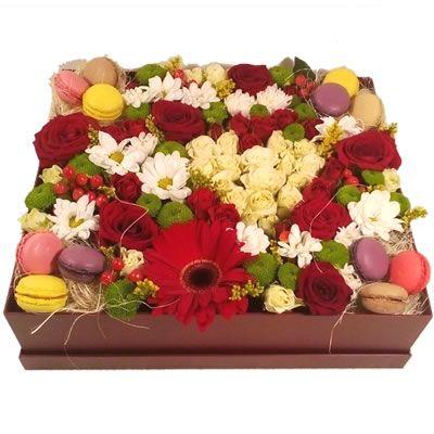 Цветы и макаруни в коробке для поднятия настроения