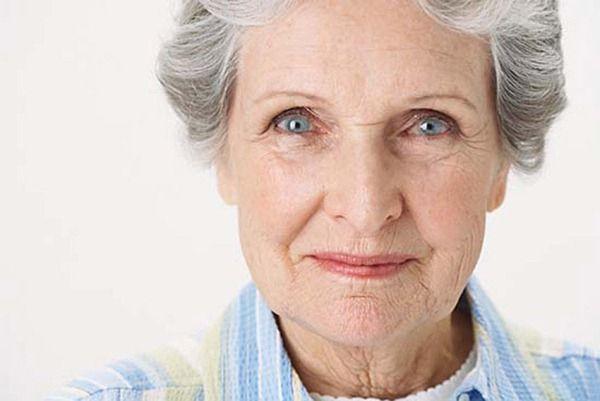 """Photoshop kullanılarak, 100 yaşındaki kadın eski gençlik zamanlarındaki haline döndürülmeye çalışılmış… En sonda elde edilen fotoğrafın doğallığı tartışılır; ancak video bir açıdan dahergün çeşitli mecralarda """"güzel, pürüzsüz ve genç"""" olarak pazarlanan yüzlerin aslında onlarca işlemden geçtikten sonra karşımıza geldiğini gösteriyor."""