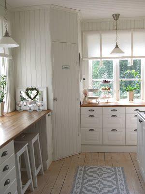 J ag har fått ett önskemål via min mail om att jag ska visa upp mitt kök. Så här kommer lite köksbilder.  Kolla extra noga mot golvet, som ...