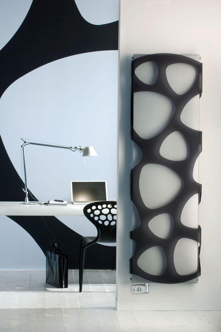 Artystyczny włoski grzejnik dekoracyjny pionowy do domu i biura. Posiada ciekawie zaprojektowaną osłonę w kolorach: białym i czarnym.