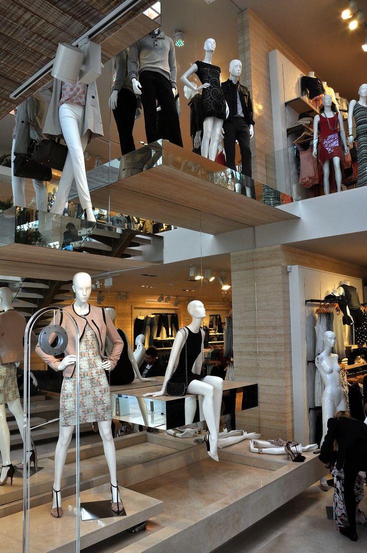 La tienda luce con glamur, su marca esta ubicada en diferentes sectores de la ciudad y el pais, en puntos estrategicos y segmenta para gente estrato 2,3 y 4.
