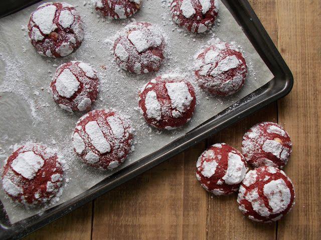 """Με το δάχτυλο στο βάζο: Χριστουγεννιάτικα μπισκότα """"Red Velvet crinkle cookies"""""""