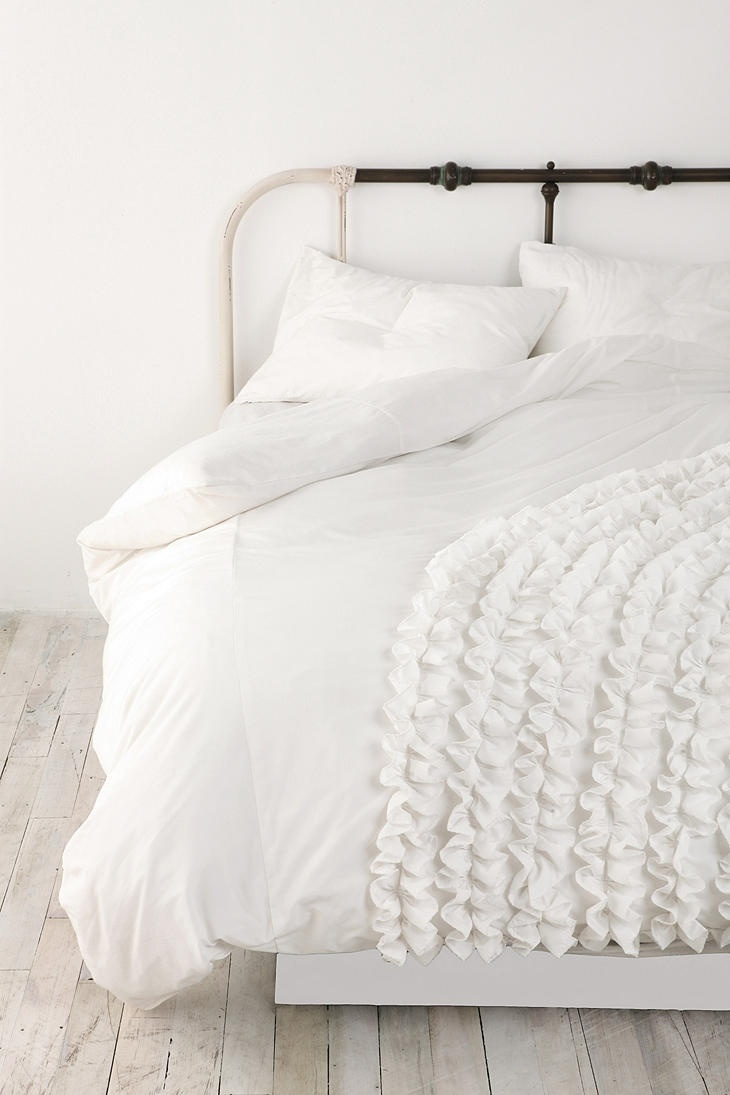 Corner ruffle duvet cover iloveruffles new place for Frilly bedspreads