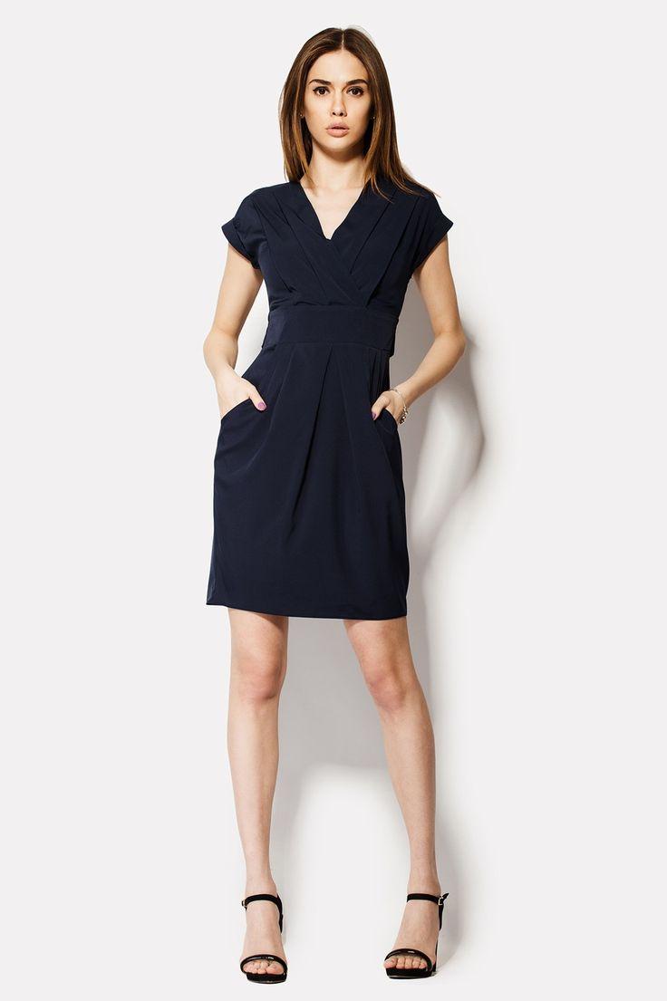 Великолепный экземпляр женского платья HELON из темно-синей блузочной вискозы. С вырезом по форме треугольника это платья имеет запашной верх без рукавов. Два очень объемных кармана расположены спереди, на юбке наряда. Талия платья очерчивается сзади широкими завязками, которые оформляются бантом. На спинке скрыта молния.