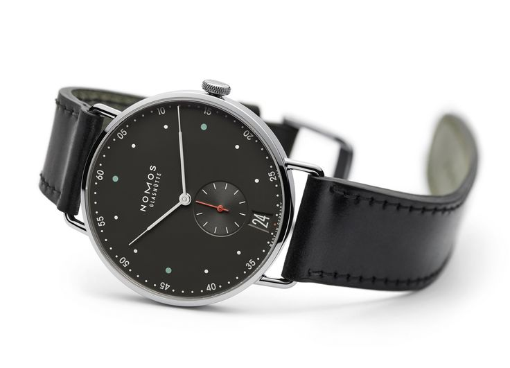 With an attractively darker dial: Metro 38 Datum urban gray. Striking and rather cool, this model in the Metro series doesn't only tell the time—it is also a little ahead of the times.