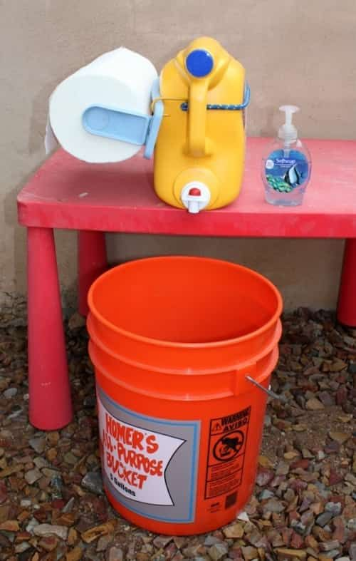 Recyclez un vieux bidon de lessive en station de lavage de main pour quand vous faites du camping.