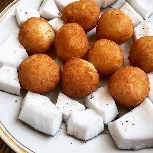 Une recette ivoirienne simple et rapide : les boules boules de manioc ou agbaclaclo accompagnées de noix de coco #cuisine #food #homemade #faitmaison #recette