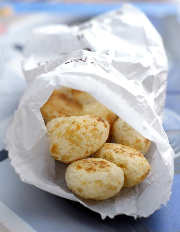 Recette Pains au fromage brésiliens (pão de queijo) : Préparation : 5 mn > Cuisson : 20 mnPréchauffez le four sur th.6-7/200° et graissez un moule à muffins. Rassemblez tous les ingrédients dans le bol d'un mixeur ou d'un blender, et mixez jusqu'à obtenir un mélange lisse. Remplissez ...